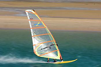 Ein Funsport mit Fitnessfaktor: Windsurfen
