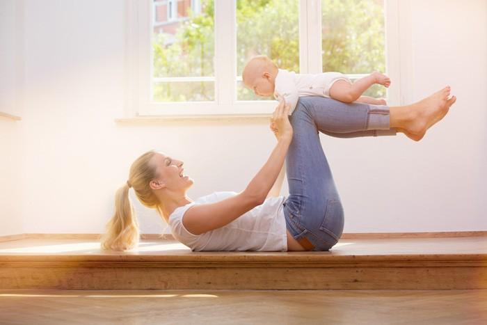 So halten Sie sich während der Elternzeit mit Baby fit