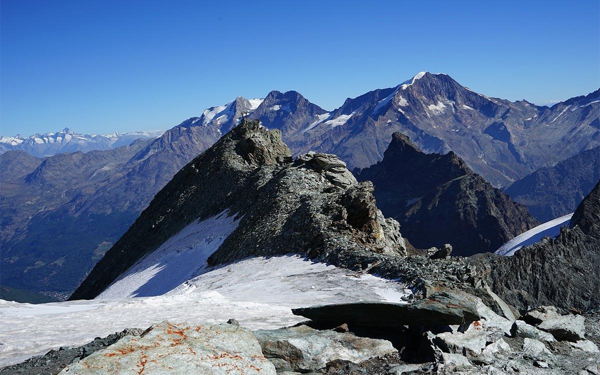 Sonniger Sommerurlaub im Schnee: Saas-Fee in der Schweiz