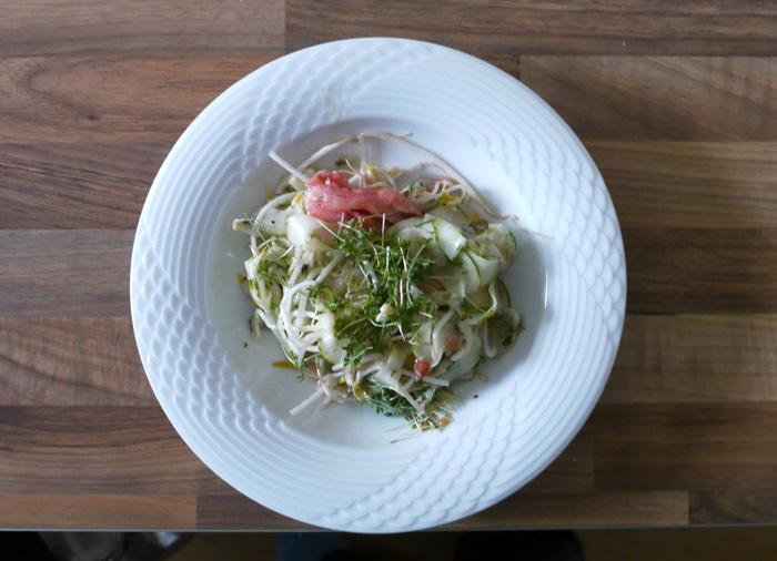 Salat mit Mungbohnensprossen oder Sojabohnensprossen