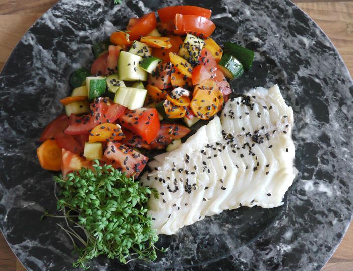 Frischer Fisch: Kabeljau und Gemüseragout mit schwarzem Sesam