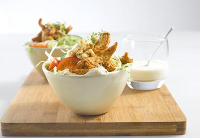 Knusprige Putenstreifen auf Fitness Salat