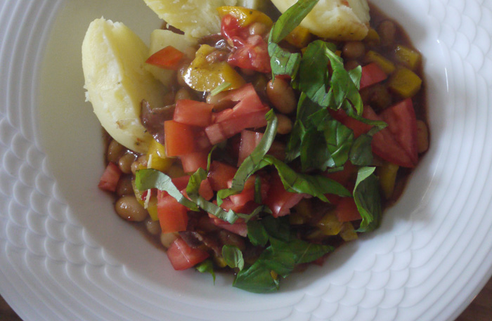 Chili mit Tomate und Nudeln oder Kartoffeln