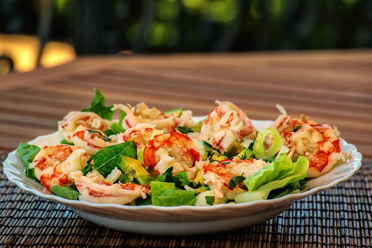 Gegrillte Hummerkrabben mit Salat