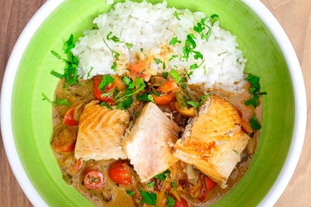 Lachs Creole mit Kokosmilch und Tomate