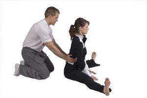 Estiramiento de flexores de cadera entre 2 personas