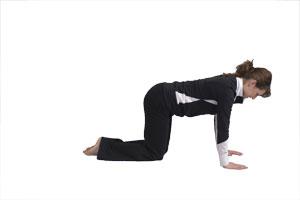 Curvar espalda y flexionar la pierna