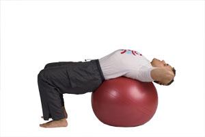 Bauchmuskelübung diagonal auf dem Pezzi-Ball