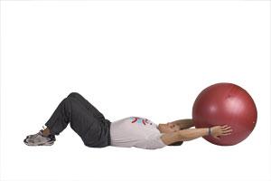 Estiramiento de piernas junto con abdominales usando bola