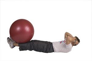 Estiramiento de piernas y contracción abdominal con bola