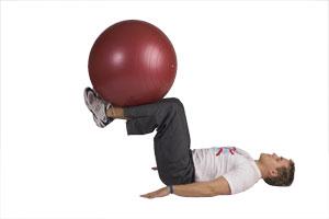Estiramiento de piernas formando ángulo recto con bola