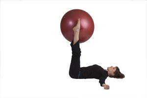 Ejercicio de doblar las piernas con bola grande