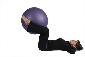 Crunch inversé avec ballon de gymnastique