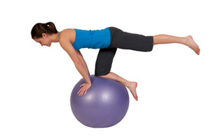 Estabilidad del tronco levantando la pierna en bola de ejerc
