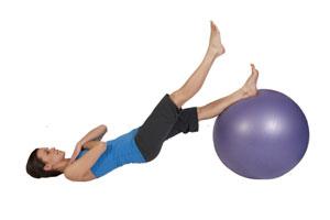Beinbeugerübung auf dem  Gymnastikball