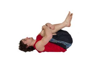 Estiramiento de espalda baja con rodillas al pecho