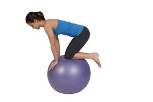 Balance Übung auf dem Gymnastikball