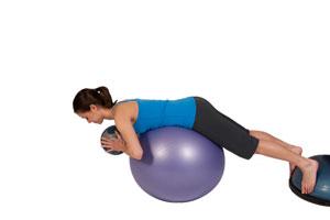 Extensiones de espalda con balón medicinal en bola de ejerci