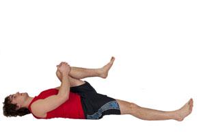 Estiramiento de glúteo y lumbares con pierna a pecho