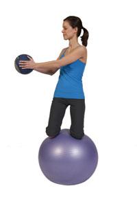 Giros de balón medicinal en bola de ejercicio