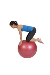 Balance auf allen Vieren auf dem Gymnastikball
