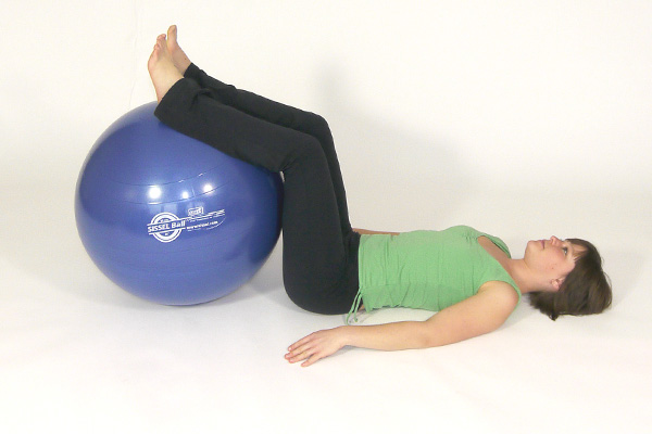 Giros del torso tumbado con bola del ejercicio