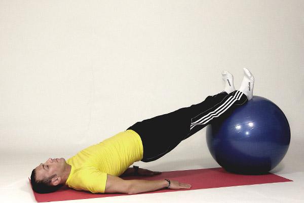 Puente alternando en bola de ejercicio