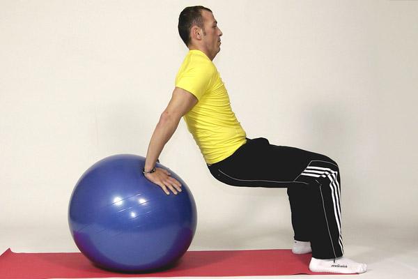 Flexion arrière sur la balle de gymnastique