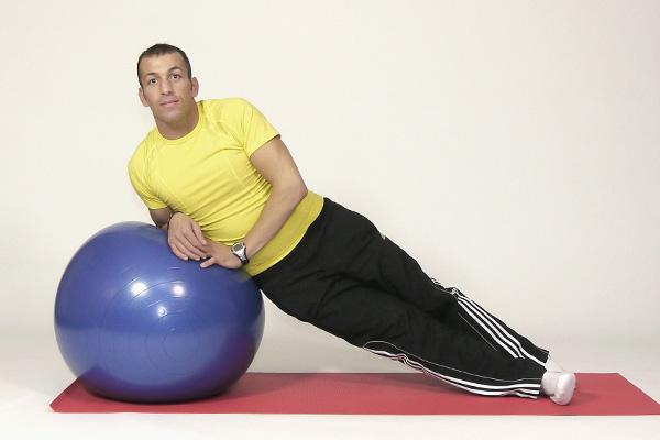 Seitlicher Stütz auf dem Ball für die Rumpfmuskulatur