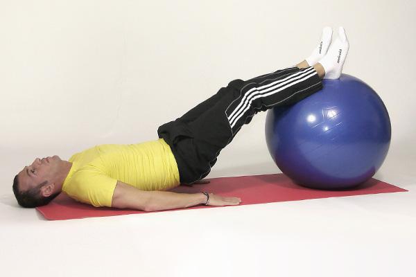Oberschenkel- und Po-Training auf dem Gymnastikball