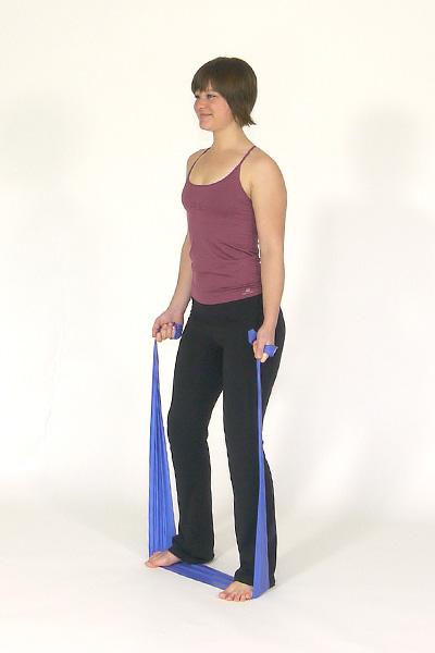 Flexión de brazos de pie con banda de ejercicios