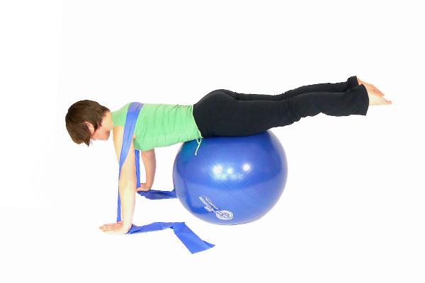 Flexiones de brazos con la bola de ejercicio y banda de ejer