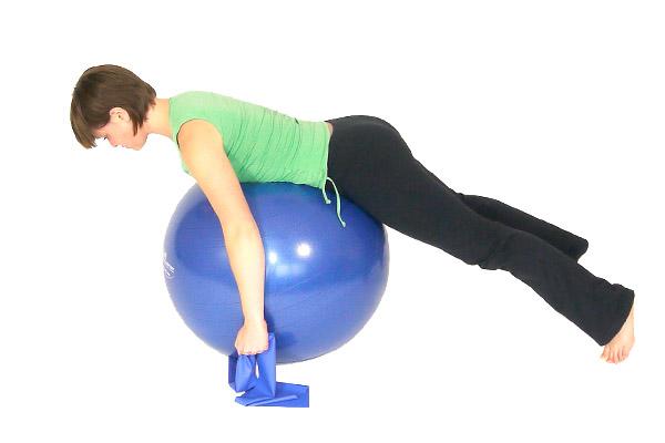 Remo con la banda de ejercicio y bola del ejercicio