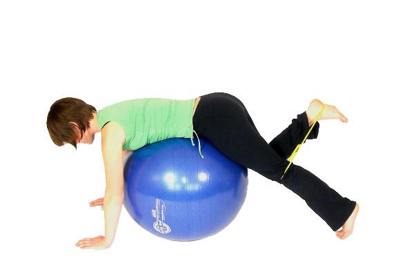Patadas hacia atrás con talones sobre bola de ejercicio