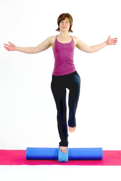 Balanceübung mit Pilates Roller und Head Align