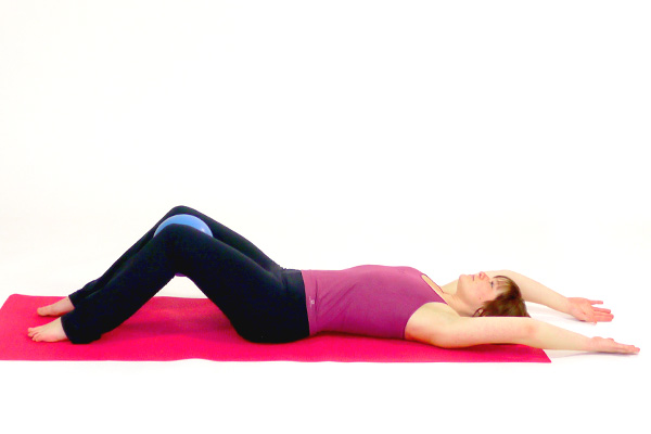 Roll up- and down mit dem Pilates Ball
