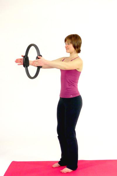 Pilates-Circle: Brust und Schultern (Stand)