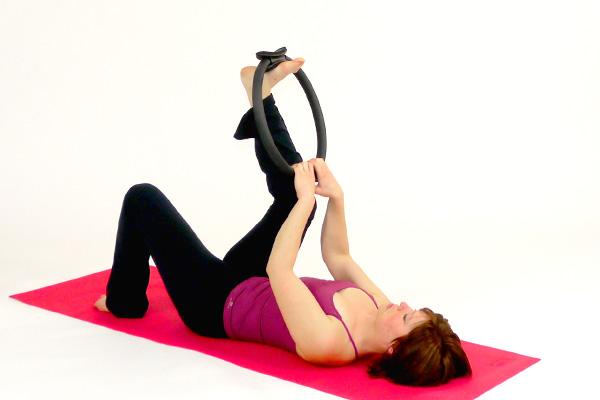 Oberschenkeldehnung mit dem  Pilates Circle / Ring