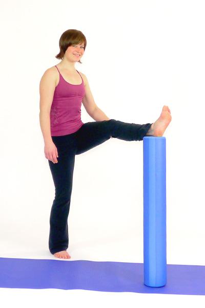 Oberschenkeldehnung stehend mit dem Pilates Roller