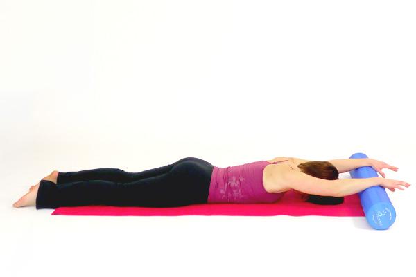 Rückenkräftigung Bauchlage mit dem Pilates Roller