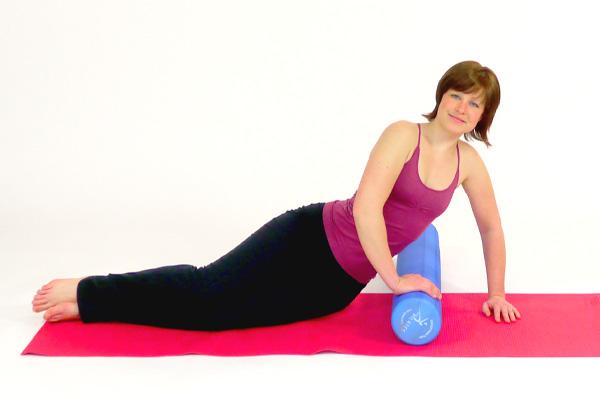 Seitstütz Übung  mit dem Pilates Roller